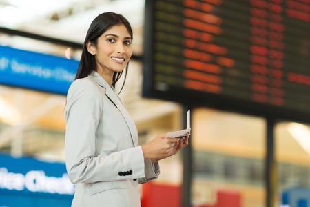 mujer elegante: hermosa joven empresaria india que viaja por el aire
