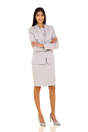 persona de pie: joven y atractiva mujer de negocios indio posando sobre fondo blanco