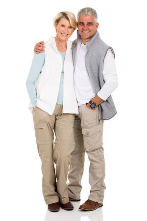 ni�o parado: Retrato de la feliz pareja de mediana edad aislados en blanco