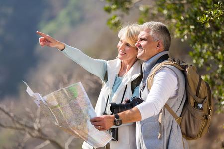 Caminhantes ativos da meia idade em cima da montanha Imagens