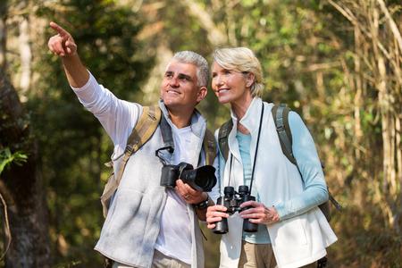 aktivní pár středního věku turistika venku v lese
