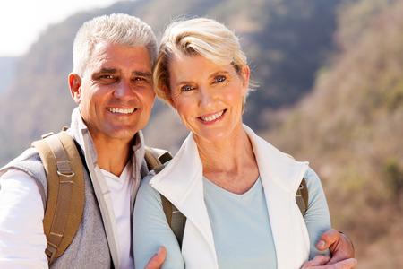 pareja abrazada: cerca retrato de pares mayores excursionistas