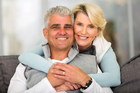 feliz meio amorosa par envelhecido que relaxa em casa