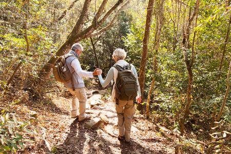 Senior paar op een wandeltocht in de berg Stockfoto