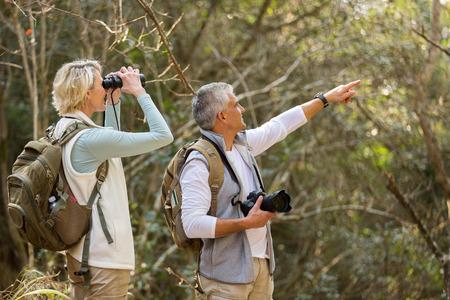 deux randonneurs âge moyen à la vallée de la montagne Banque d'images