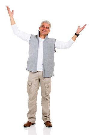 uomo felice: felice l'uomo di mezza età con le braccia aperte