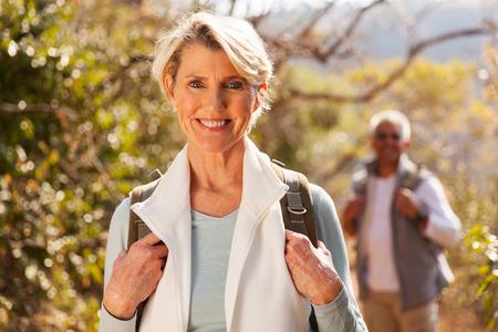 schöne ältere Frau Wandern in den Bergen mit Ehemann