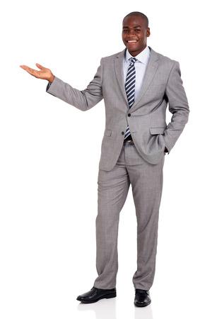 personas de pie: buen hombre de negocios africano que mira la presentación en el fondo blanco