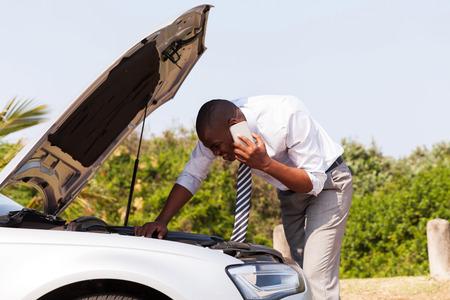 motor coche: hombre joven con coche roto con el capo llamado abierto a la ayuda Foto de archivo