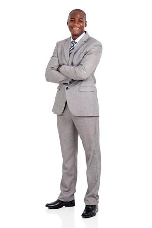 personas mirando: joven empresario afroamericano hermoso con los brazos cruzados