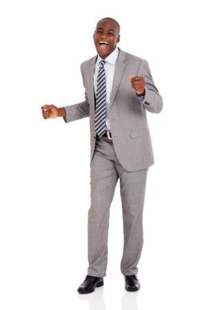 emocionado joven empresario africano bailando sobre fondo blanco
