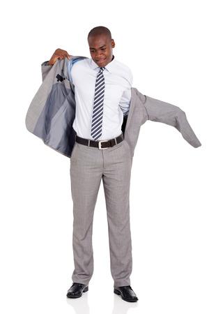 bata blanca: joven empresario afroamericano de ponerse la chaqueta del traje aislado en blanco