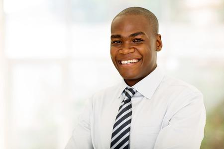 hombres negros: Hombre de negocios estadounidense guapo mirando a la cámara Foto de archivo