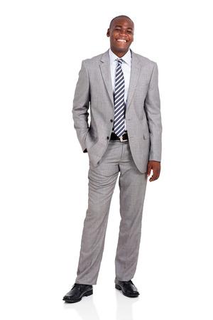 blanco y negro: alegre retrato de negocios africano que mira la c�mara