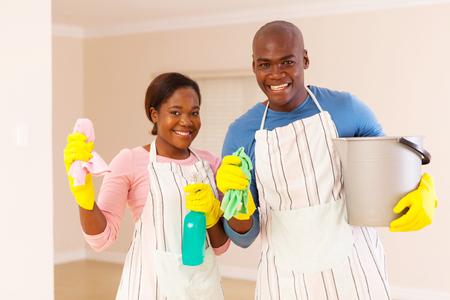 pareja en casa: retrato de una pareja joven africano limpieza de su nueva casa Foto de archivo