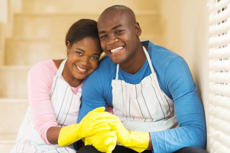 bel homme: heureux jeune couple africain se d�tendre apr�s les travaux de m�nage