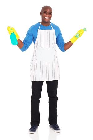 fondo blanco: alegre hombre africano sosteniendo líquido y paño de limpieza en el fondo blanco