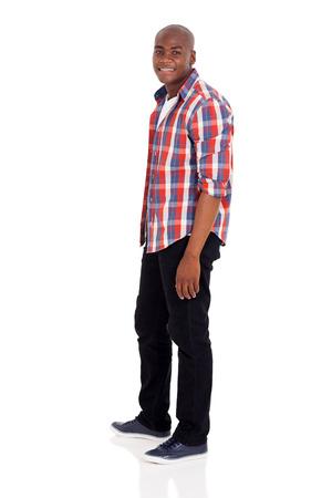 hombres negros: vista lateral del hombre afroamericano hermoso en el fondo blanco Foto de archivo