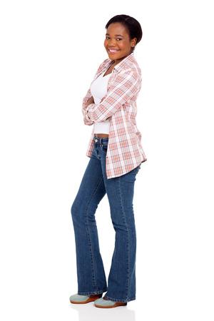 mujer alegre: vista lateral de la muchacha feliz del afroamericano con los brazos cruzados