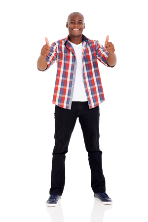 sonriente: jóvenes Hombre africano feliz que da los pulgares para arriba aislados en el fondo blanco