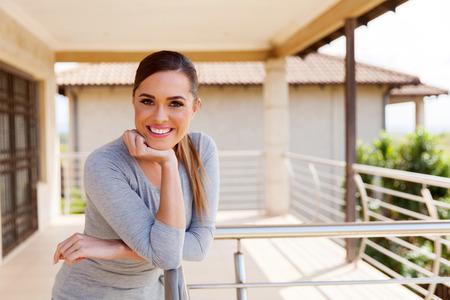 personas de pie: atractiva mujer de relax en el balcón