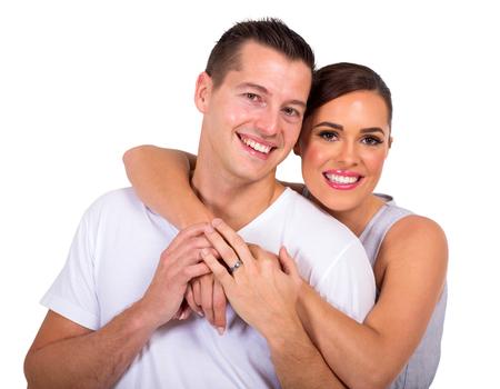 matrimonio feliz: hermosa pareja casada que abarca en el fondo blanco