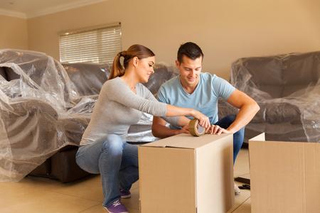 quelques étanchéité boîtes de déménagement dans leur ancienne maison Banque d'images