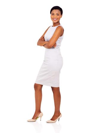 mujer trabajadora: vista lateral de la mujer afroamericana con los brazos cruzados aislados en blanco