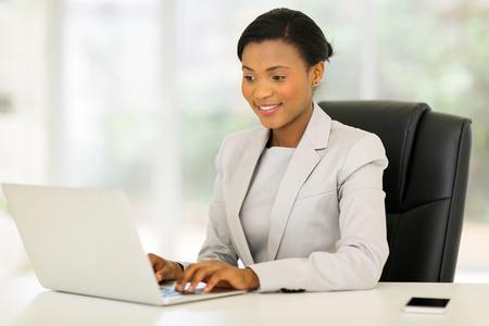 professional african corporate worker working on laptop Standard-Bild