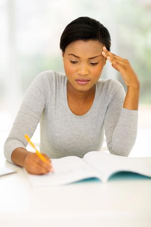 negras africanas: Centrado femenino africano estudiante universitario estudiando en casa Foto de archivo
