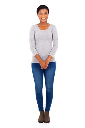 흰색 배경에 서있는 행복 한 젊은 흑인 여자