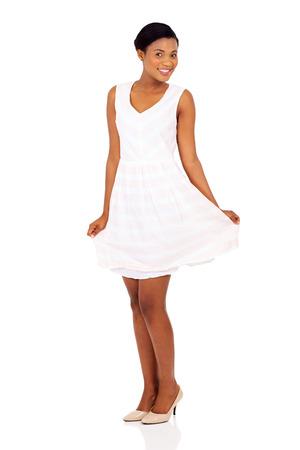 danza africana: hermosa modelo femenino africano que presenta en blanco