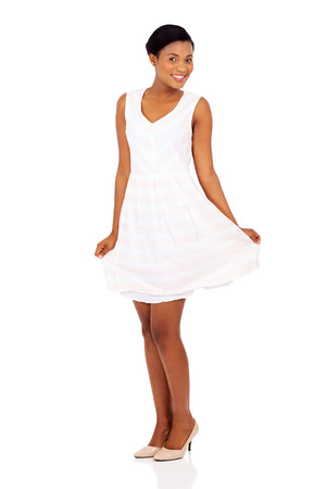 african dance: hermosa modelo femenino africano que presenta en blanco