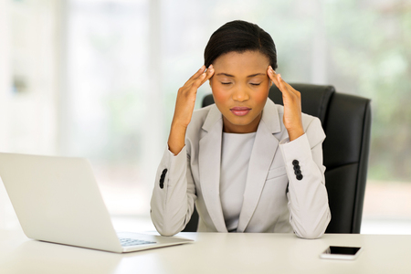 dolor de cabeza: con exceso de trabajo afroamericano de negocios con dolor de cabeza