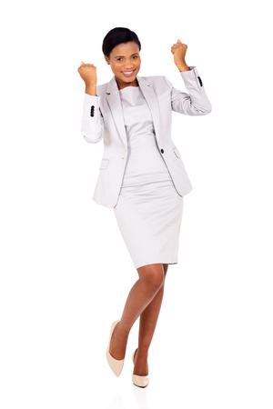 donne eleganti: successo nere affari agitando i pugni isolato su sfondo bianco