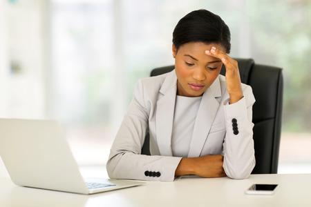 femme triste: soulign� affaires african assis dans le bureau