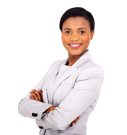 mulher de negócios consideravelmente africano com os braços cruzados sobre fundo branco