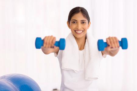 mujer alegre: Mujer india alegre de trabajo con pesas