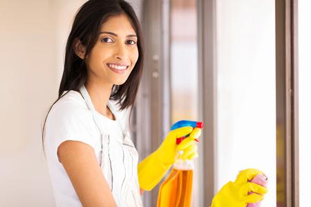 sirvienta: hermosas j�venes indios ama de casa haciendo las tareas de la casa Foto de archivo