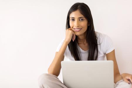 ラップトップ コンピューターで美しいインドの女の子の肖像画
