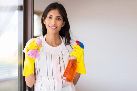 orden y limpieza: retrato de mujer feliz haciendo las tareas del hogar joven indio Foto de archivo