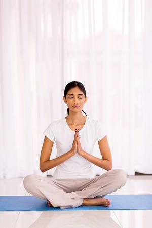 mooie Indische vrouw mediteren in de ochtend Stockfoto