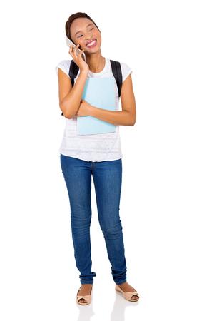 black girl: glücklich African College-Mädchen auf Handy isoliert auf weiß sprechen Lizenzfreie Bilder