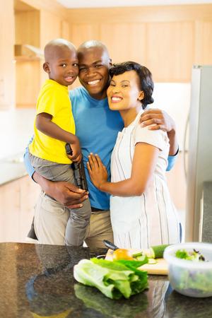 famille africaine: portrait de la belle famille américaine afro dans la cuisine de la maison