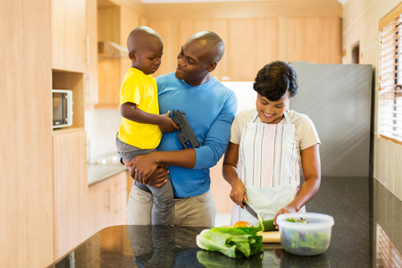 famille africaine: heureux jeune afro-américain salade de décision de la famille dans la cuisine