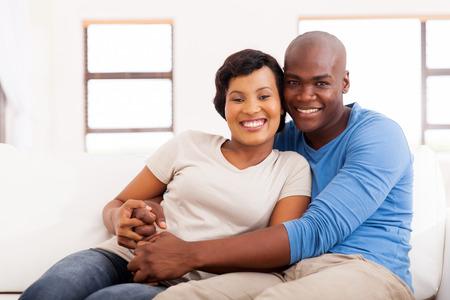 parejas amor: Retrato de la feliz pareja afroamericana sentado en el sofá en casa