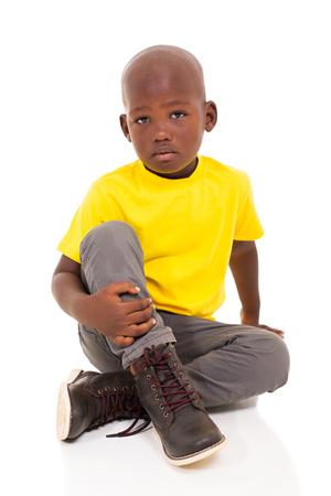 modelos negras: hermoso niño pequeño africano sentado en el piso Foto de archivo