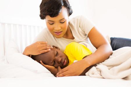 mooie Afrikaanse moeder omhelsde haar zieke zoon