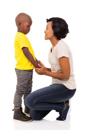 mooie Afrikaanse vrouw in gesprek met haar zoon op een witte achtergrond Stockfoto