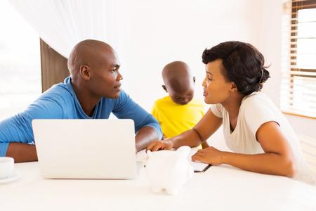 Joven pareja haciendo finanzas de la familia en el país africano Foto de archivo - 48851675
